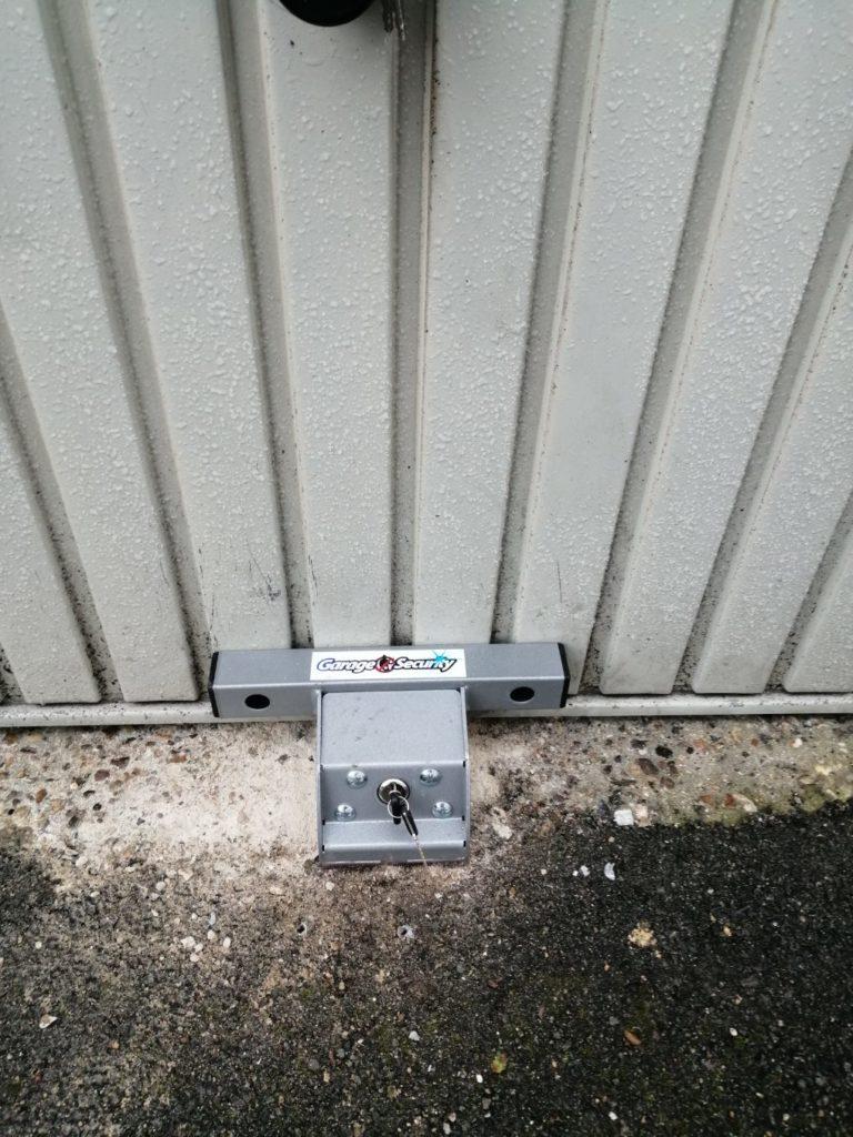 Renforcement d'une serrure sur une porte de garage